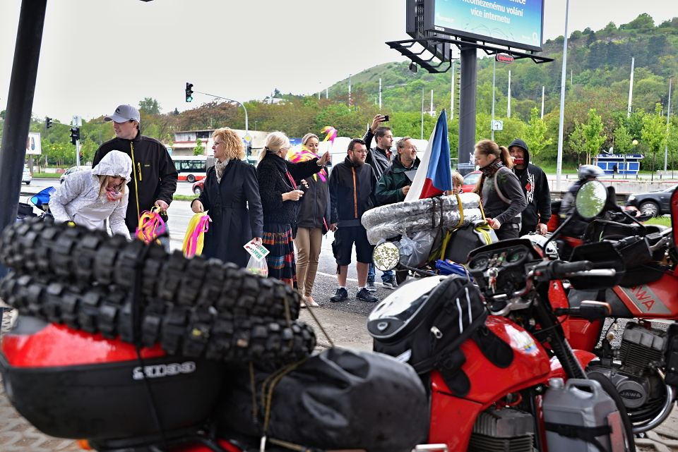 Radka nabalená motorka, krom trochy oblečení a náhradních dílů si vezou taky přezutí do terénu